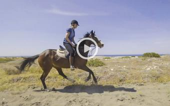 Nasza redaktor na Cyprze spełniła marzenie z dzieciństwa, by pogalopować konno brzegiem morza.