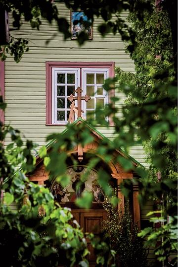 Cerkiewka pośrodku sadu w Michnowie jest niepozorna, jak cała osada.